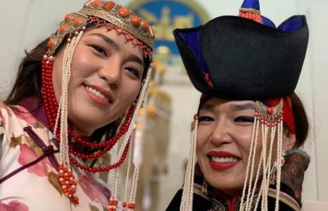 Монгол үндэснийхээ хувцасаар гангарсан спортын алдартан бүсгүйчүүд
