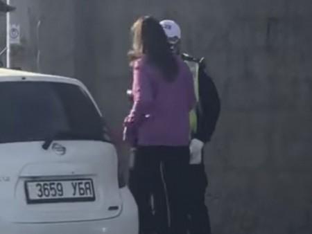 News paparazzi: Урсгал сөрж, цагдаагийн алба хаагчийн биед халдсан жолоочийг 2.9 сая төгрөгөөр торгожээ